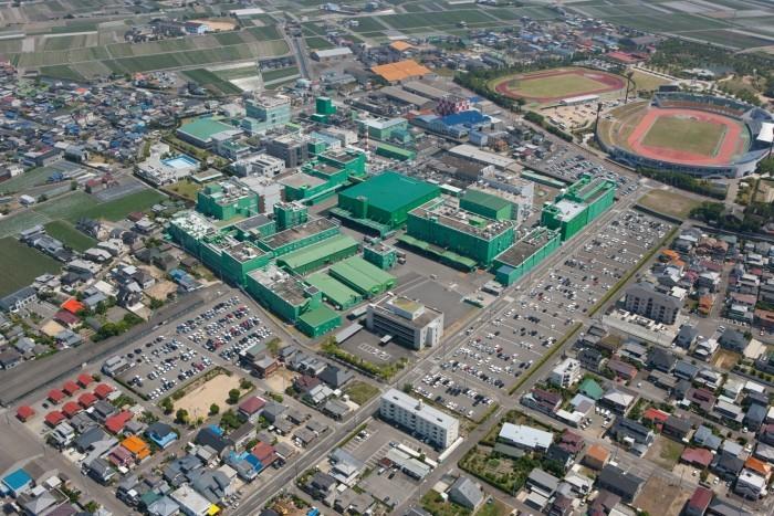徳島・富山・釧路に4カ所の生産拠点と1研究所があり、製品の開発、生産を行っています。また営業所は全国18カ所に展開しています。大塚の輸液は、国内輸液市場の約半数を占めており、医療現場で広く使用されています。