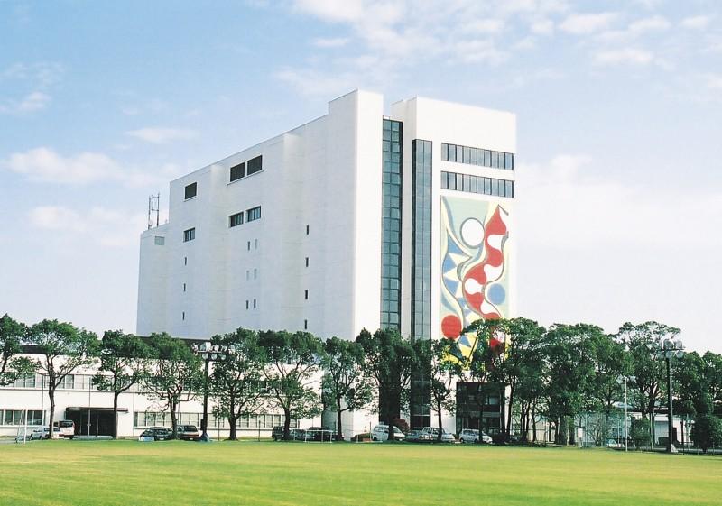 国内では東京・大阪・徳島の3拠点に本部を置き、全国に5カ所の研究所と7カ所の工場で、製品の開発、生産を行っています。徳島には1研究所、4工場あり、そのうち、徳島研究所、徳島工場、徳島第二工場がこちらになります。