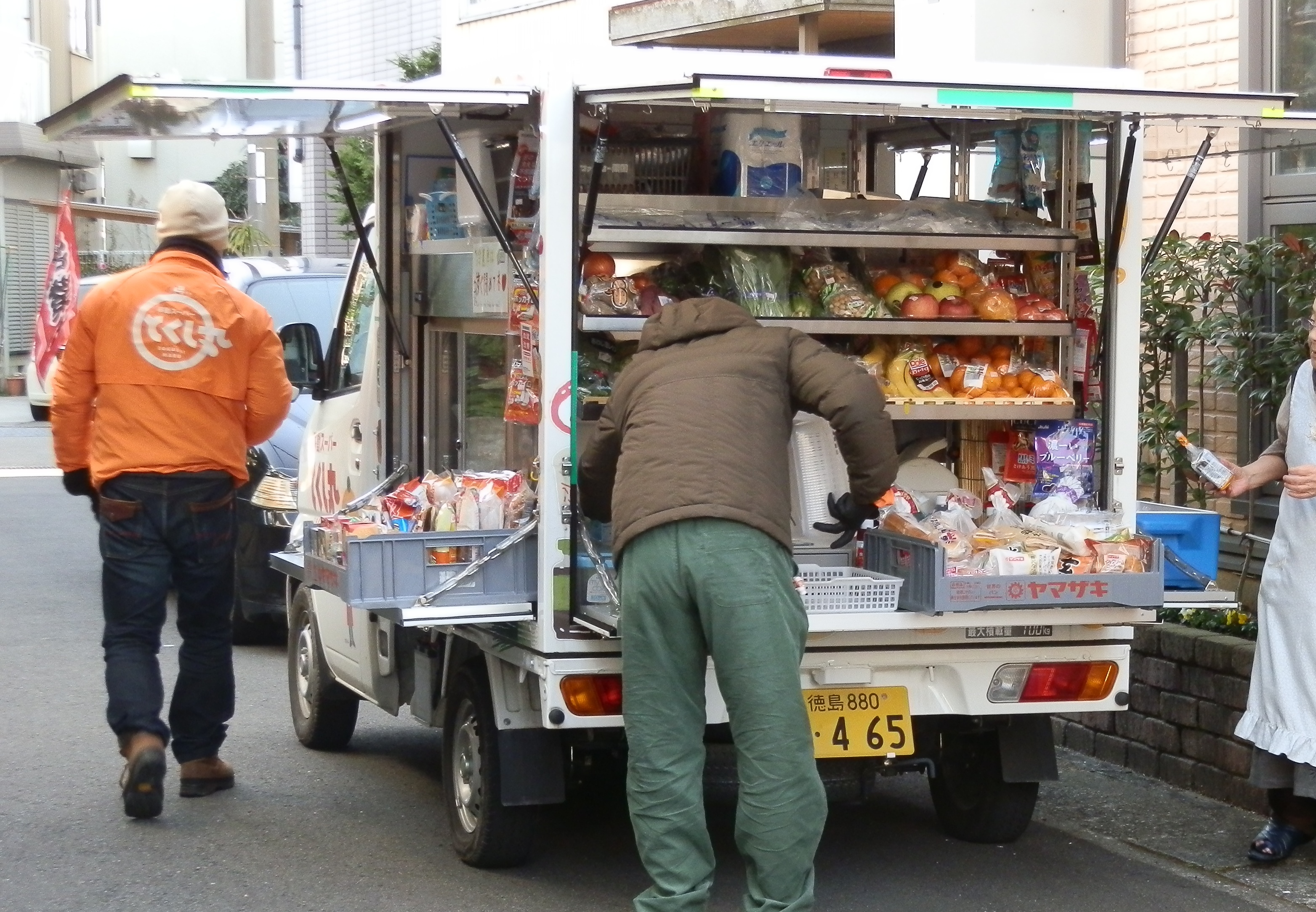 とくし丸とはお家の前で見て買える、便利な移動スーパーです。刺身・野菜・精肉・お米やトイレットペーパーなど重い物やかさばる物もご利用ください。