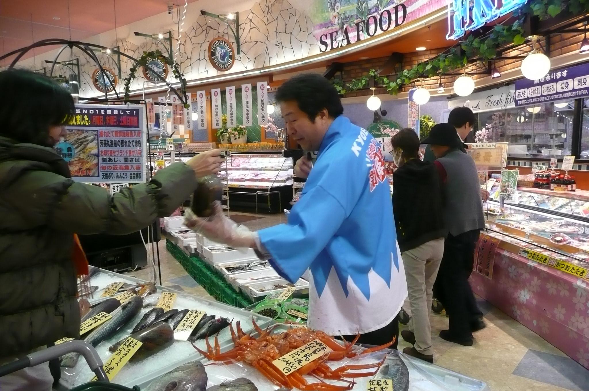 魚新鮮組とは   お魚のことなら、調理方法・レシピなど何でもお尋ねください。調理も三枚おろしまで無料です。