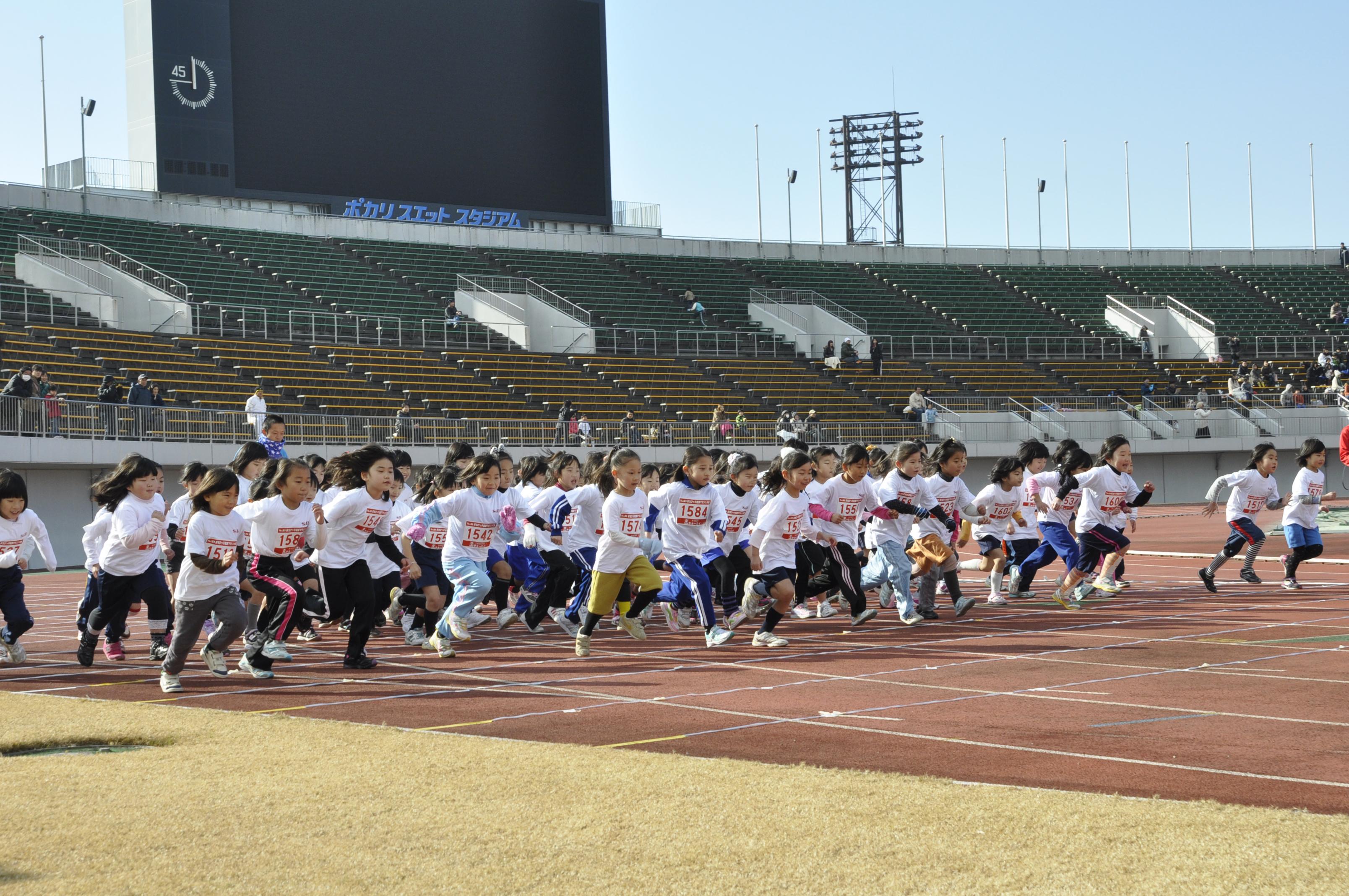 ちびっ子マラソン大会とは元気な子供たちを、未来へ送り出そう!との願いを込め、昭和60年から毎年冬の恒例イベントとしておなじみになりました。今では、小学生の男女1,700名のエントリーを数えるほどです。過去に参加したちびっ子たちが親となり、その子供たちが出場してくれることも珍しくありません。
